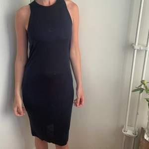 Fin mörklblå klänning som är oanvänd. Gjord i lyocell. Storlek xxs men stor i storleken. Passar för S och M