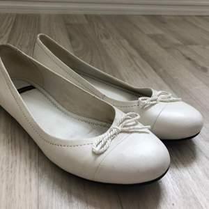 Säljer dessa ballerinaskor från Vagabond då de inte kommer till användning. Jag kommer att göra rent skorna innan jag skickar iväg dem!!