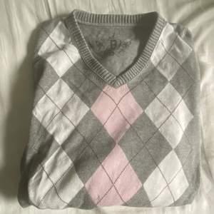 Assnygg grå, vit och rosa tröja köpt second hand✨🤍💋💓  sitter trevligt oversize på mig som normalt är S.