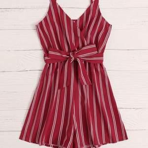 Oanvänd rödvit randig jumpsuit i Stl s/36 men har justerbara band och knytbar runt midjan så den passar även andra storlekar