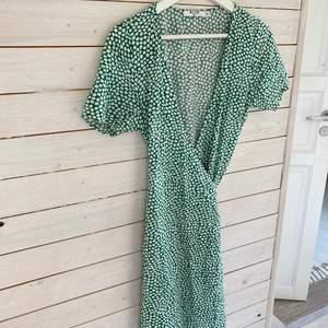 En supersöt klänning som är köpt på Gotland förra sommaren 🤩  knyts omlott och sitter supersnyggt💓💓 köparen står för frakten