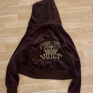 Brun juicy couture i storlek XS, trasig dragkedja.