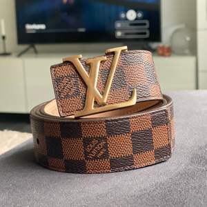 """Säljer nu mitt bruna skärp """"från"""" Louis Vuitton. Inte äkta. Oanvänt, och i väldigt fint skick! Köpt utomlands förra vintern. Väldigt fin kopia!"""