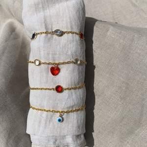 Armband som jag gjort! Guldpläterad kedja och glasstenar💘 119kr/styck för de översta. 99kr/styck för de undre. Tar emot önskemål om längd och stenar osv. Frakten står jag för☺️