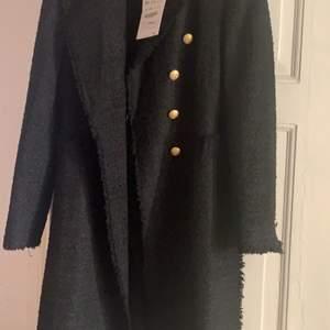 Säljer en helt ny kappa från Zara storlek M, prislapp kvar. Nypris 1299!