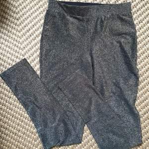 Glittrig tights/leggings. Hög i midjan. Storlek 36/38. Kan skickas annars finns I Malmö 💌