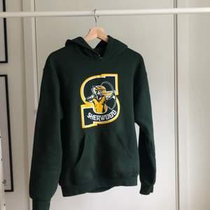 Vintage Gildan College hoodie i riktigt fint skick, önskas fler bilder är det bara att hojta till!