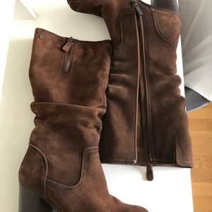 Superfina bruna stövlar/ skor med klack. Är i mycket bra skick, storlek 38 från Carmela. Köparen står för frakt, hör av er vid frågor!!🥰🥰