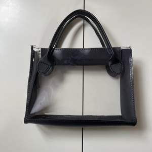 Säljer denna super coola transparanta väskan, helt ny alltså inte använd! Har håll på sidan i fall man vill säga snöre eller kedja❗️ GRATIS FRAKT❗️