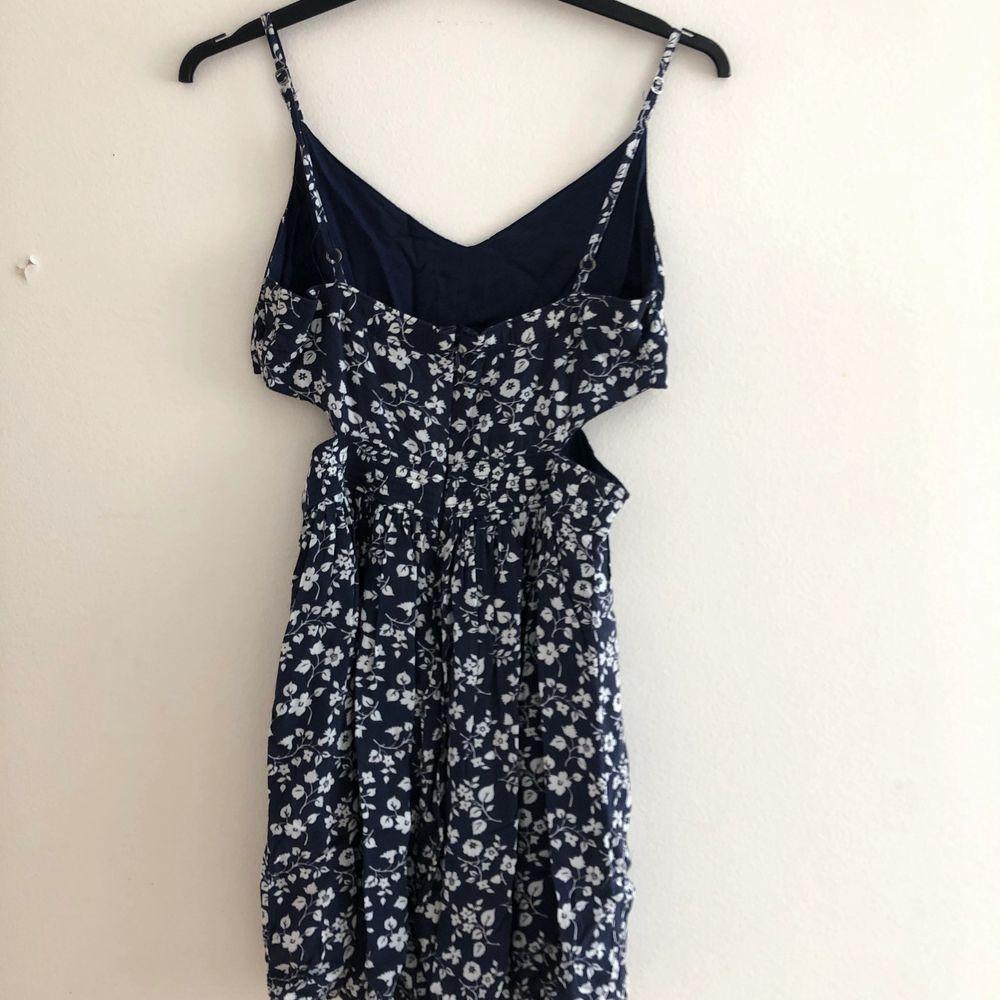 blå blommig klänning . Klänningar.