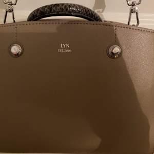 Jättesnygg brun/beige väska från LYN, som är ett Thailändskt design märke🤩 Köpte den för ungefär 900kr. Knappt använd och är som ny. Väskan är medel stor men rymmer väldigt mycket. Priset kan diskuteras! Köparen står för frakten❤️