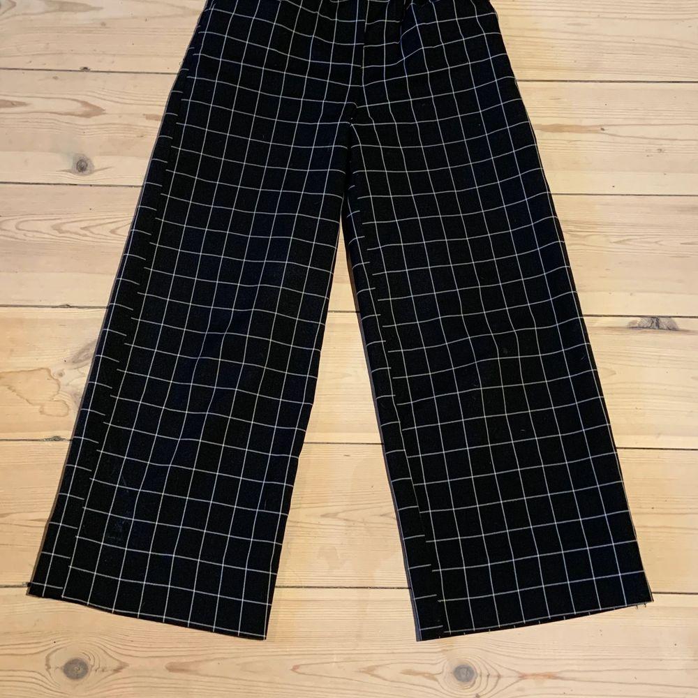 Säljer mina kostymbyxor i storlek 36. Jag skulle säga att dom är lite mindre i midjan än andra 36 byxor! Jag har sytt upp dom ca 7 cm (se bild 3) och nu är dom bra längd för mig som är 171/172 men dom går att släppa ner igen! Köparen står för frakten!🥰. Jeans & Byxor.