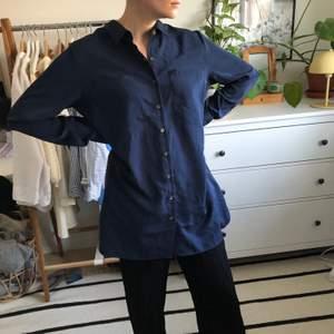 Stor mörkblå skjorta i silkigt material. Strl L, men passar typ vem som helst. Perfekt att ha över baddräkten eller bikinin på sommaren! ☀️ Kan mötas upp i Göteborg, annars står du för frakt!