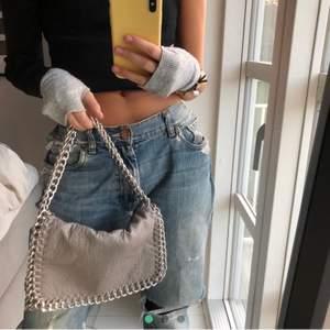 (Lånad bild av Frida Sofia Nelson) säljer min tiamo väska i S grå! Varsamt använd🥰