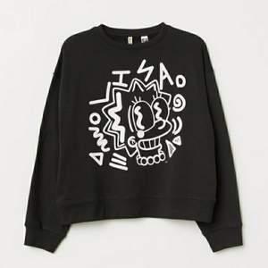 Sweatshirt i bra skick med Lisa Simpson som tryck. En stolek Xs som även kan passa S. Säljer den eftersom jag inte använder den. Inga fläckar på. Kan mötas upp i Jönköping, annars fraktas plagget. Vid intresse skriv via DM🧚♀️
