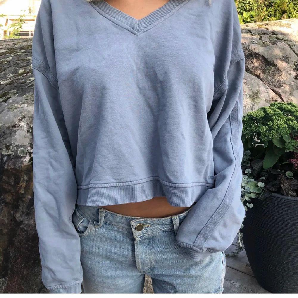 Snygg långärmad tröja i blå från pull&bear i storlek M. Säljs pga den inte kommer till användning. 70kr exklusive frakt.. Tröjor & Koftor.