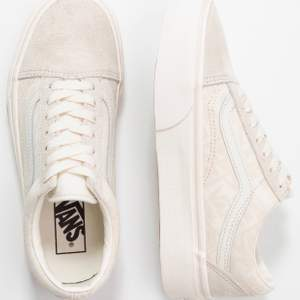 Säljer mina vans pågrund av att jag inte använder dem, skorna är som nya och har enbart använts ett fåtal gånger. Frakt är medräknat i priset! Köptes för 849 kr