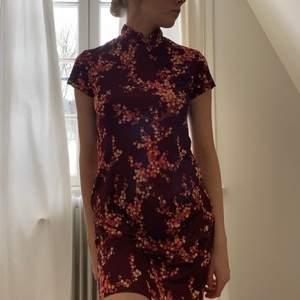 super duper fin o söt brun klänning med orangea blommor😍🧡🤎 💗 vintage!!