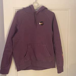 Nike SB hoodie strl S. Använd ganska mycket, säljs av Elviras bror som har växt ut hoodien