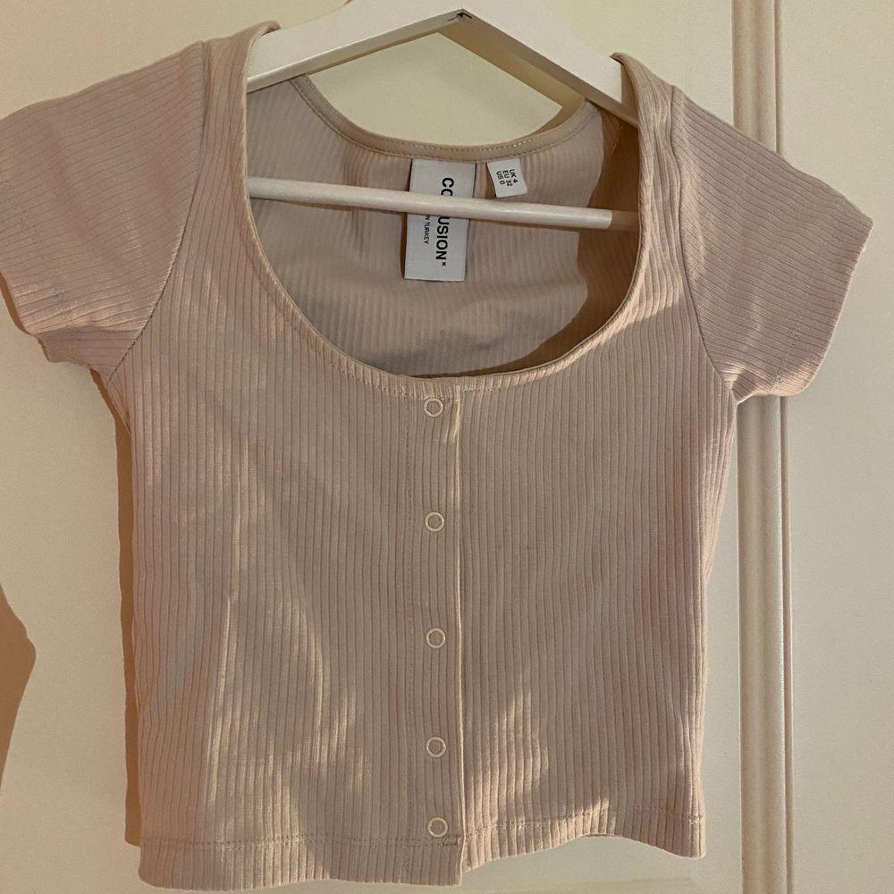 Jättesöt tröja från asos storlek 32 aldrig använd säljer pågrund av för lite🤎 (står ej för frakten). T-shirts.