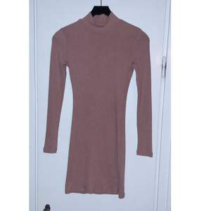 Nyskick. Färgen varierar beroende på ljus men skulle säga att den är rosa/brun.