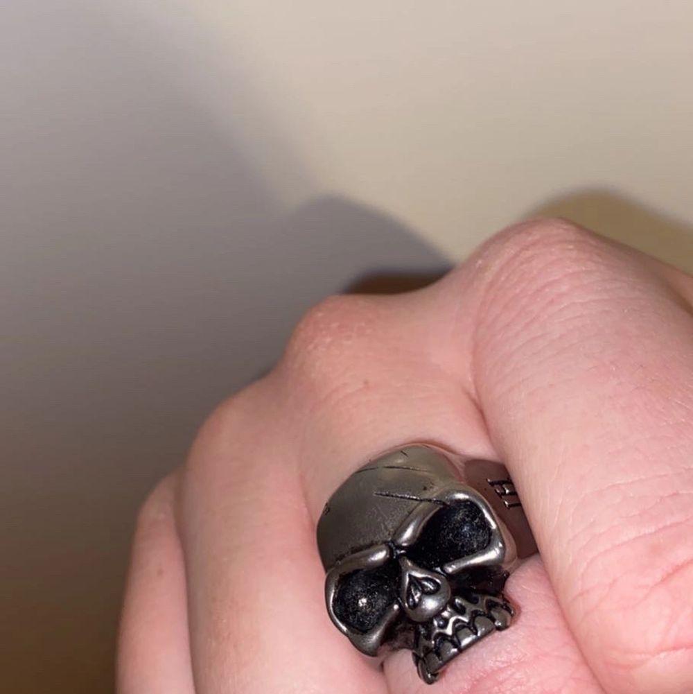 Tja säljer denna skit tuffa ringen. Ringens nypris är runt 500kr. Jag tänker mig bud. Budet startar på 70kr. Bin/köp direkt 250. Accessoarer.