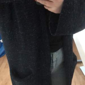 Mörkblå stickad kofta