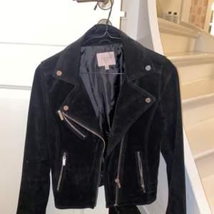 Säljer min svarta mocka jacka nu pga att den är för liten. Den är i stl 38 men är ganska tajt och lite mindre i stl så passar som stl S🦋🌟🤩skicka privat för bild med plagget på:)