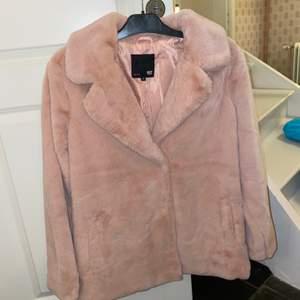 Säljer nu min rosa mjuka kappa. Aldrig använd och med de ett mycket bra skick! Perfekt i Sveriges oklara väder🌟🌟🌟🤩skicka privat för bild med plagget på:)