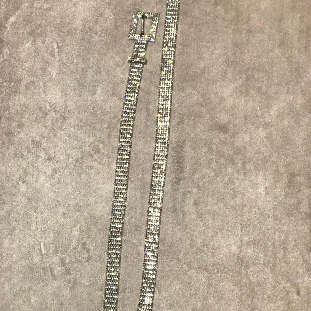 Säljer detta super fina bälte i silver aldrig använt köpt i usa✨100kr+frakt✨. Jeans & Byxor.