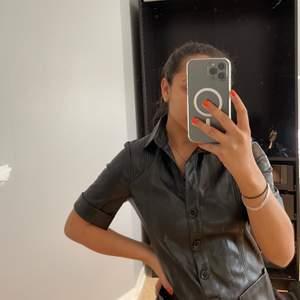 Råball na-kd klänning i imiteratskinn🌝 knappar och sen rak i modellen, storlek Xxs men skulle säga att den är som en xs