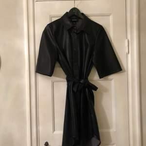 Snygg klänning från Monki i fejkskinn. Använd 1 gång. Superfin! Passar XS/S