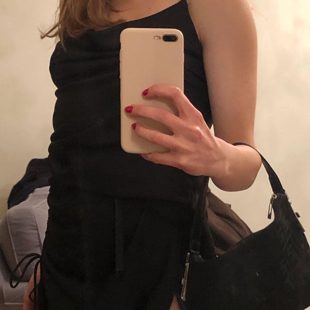 Svart klänning från zara jätte fin med slits🖤. Klänningar.