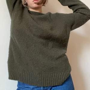 Super mjuk stickad tröja i mossgrön färg. Känns som en M/L men har längre armar en vanligt skulle jag påstå.