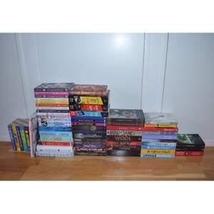 Alla böcker är i bra skick eftersom de bara stått i en bokhylla. Säljer dem för 70 kr st plus frakt men vid köp av flera kan jag erbjuda ett billigare pris. De är häftade, förutom erased som är inbunden. Alla böcker är på engelska förutom de tre längst till höger. Hör av dig om du vill ha närmare bilder!