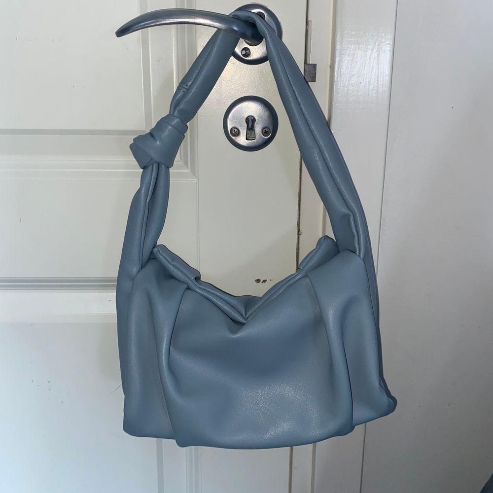 En jättefin väska från Shein som aldrig är använd. Den är ganska liten men man får ändå plats med mycket i den!🥰 (Frakt tillkommer). Väskor.
