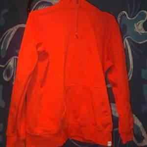 En röd hoodie som knappt används längre