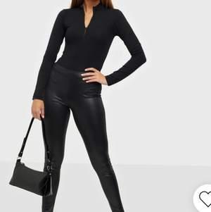 Svarta glansiga byxor som formar sig fint efter din kropp, köpa från Nelly i storlek XS💖