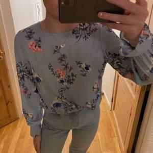 Säljer denna fina blus från Gina, är ganska tunn i materialet men inte genomskinlig. Fin knytning i ryggen men inget problem att ha bh under👍🏽Säljer pågrund av att jag behöver mer plats i garderoben och denna kmr tyvärr inte till användning. Använd någon udda gång men inte skadad på något sätt.