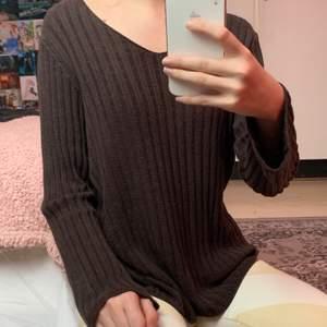 Gammal tröja köpt second hand, från Lindex i storlek XL Lite sliten men kan va fin ändå💓 Stor öppning, ganska tung i matrialet, breda armar.