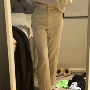 Jätte fina vita kostymbyxor, änvänd fåtal gånger. Säljer då det inte riktigt är min stil.