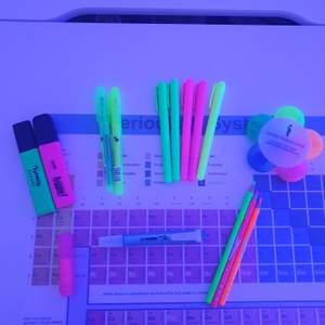 Säljer massor av överstrykningspennor/neonpennor då jag har för många🤭 blomman innehåller 5 st färger (se bild 2). Dm vid intresse,  priserna varierar, neon pennorna köps tillsammans. ❗Prislista: smala/vanliga pennorna 10/st | de två tjocka i hörnet 15/st | lilla rosa 5kr | 3 neonpennorna 45kr (de kan även användas som eyeliner på fest ;)) | blomman 50kr❗