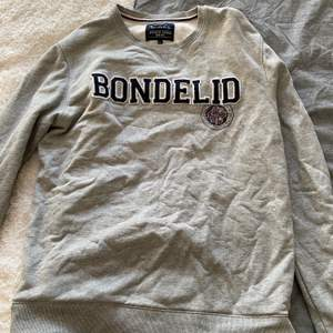 Grå collegetröja från Bondelid, väldigt bra skick och super skön. Köparen står för frakten💕