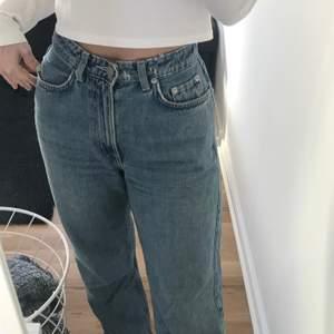 """Jeans från weekday i modellen Row, färgen e skyblue! Väl använda!!, de har hål så man ska kunna dra igenom """"skosnöreskärp"""". Frakt inkl"""