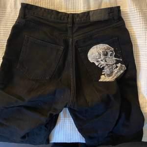 Ett par svarta jeans jag köpte på Monki för ca 2 år sedan som sitter tajt i midjan och större/vidare i benen. Målat en egen bild på ena bakfickan men tygfärg. Passar S M och L. Fint skick. Säljer för 250 plus frakt eller högsta bud🖤