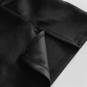 En kort tajt kjol med en slits vid låret! Tyget är tjockt och blankt samt så är den väldigt stretchig! Den har dock en liten defekt på sidan som knappt syns när den sitter på. Priset är inklusive frakt <3