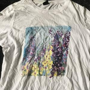 En tshirt från gina tricot, säljer pga den inte är min stil längre. Storlek L men är rätt så liten