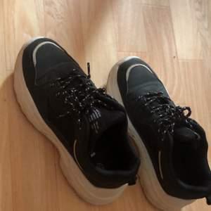 Helt nya skor i storlek 38, och storleken stämmer dem är som 38. Dem är helt nya har testat dem ute 2 gånger. JAG HAR INTE torkat av skorna, dem är enbart lite smutsiga på det vita o lite dammiga på det svarta. Jag kommer tvätta av dem så dem blir som nya igen innan fösäljning, har hade inte orken till att göra det innan jag tog bilderna 🤷🏼♀️.. skit sköna o super snygga, men jag säljer dem då jag har på tok för många skor och måste rensa ut. Hoppas dem hittar ett nytt hem! ☺️