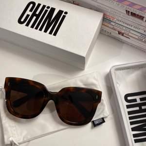 Säljer mina Chimi solglasögon i modellen 08 Tortoise. Köpta på Chimis hemsida för 1,100kr, fler bilder kan skickas vid intresse. Små repor men inget jättetydligt💘 Buda! Bud börjar från 350kr