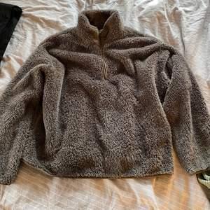 Säljer min varma och sköna tröja från hm då jag inte använder den. Den är i storlek S och är lite croppad. den är super fin och verkligen skönt och varm. Den är använd ett fåtal gånger och är i bra skick. Säljer den för 150kr+frakt💕